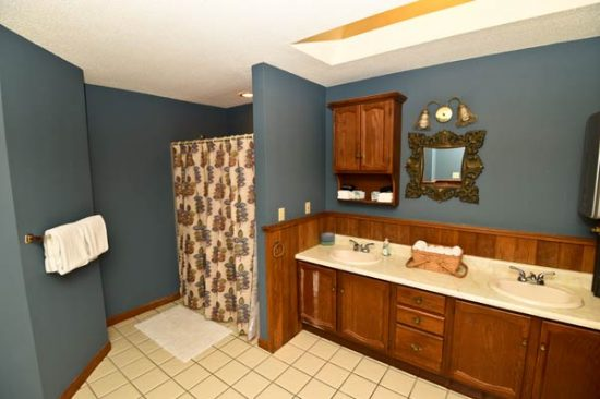 full-bath-in-ludlow-vt-apartment